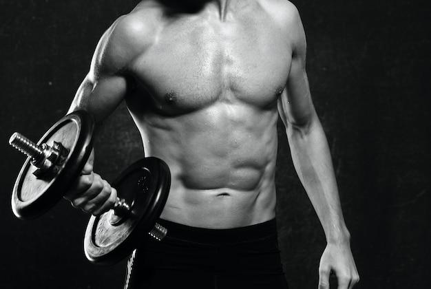 Mężczyzna w sportowym mundurze napompował motywację do ćwiczeń fitness