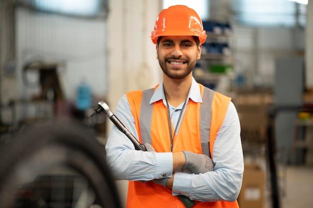Mężczyzna w sprzęcie bezpieczeństwa w pracy