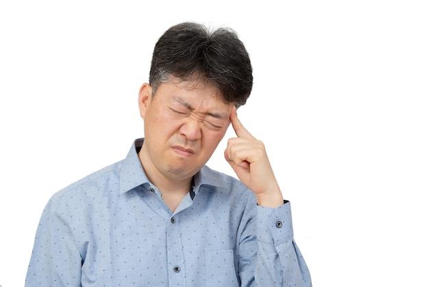 Mężczyzna w średnim wieku cierpi na ból głowy na białym tle.