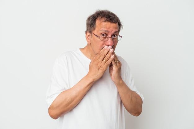 Mężczyzna w średnim wieku indian na białym tle obejmujące usta rękami patrząc zmartwiony.