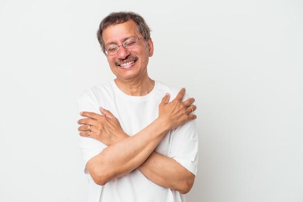 Mężczyzna w średnim wieku indian na białym tle śmiejąc się i zabawę.