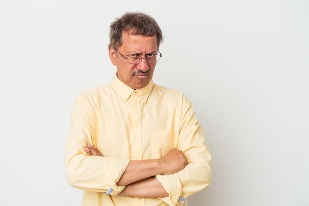 Mężczyzna w średnim wieku indian na białym tle zmęczony powtarzającym się zadaniem.