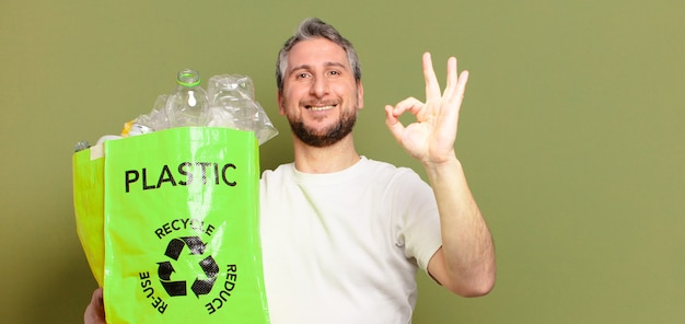 Mężczyzna w średnim wieku, recykling tworzyw sztucznych