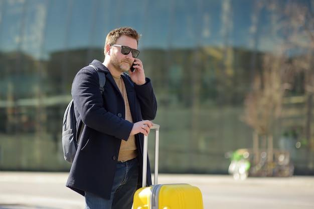 Mężczyzna w średnim wieku rozmawia przez telefon na stacji centralnej.