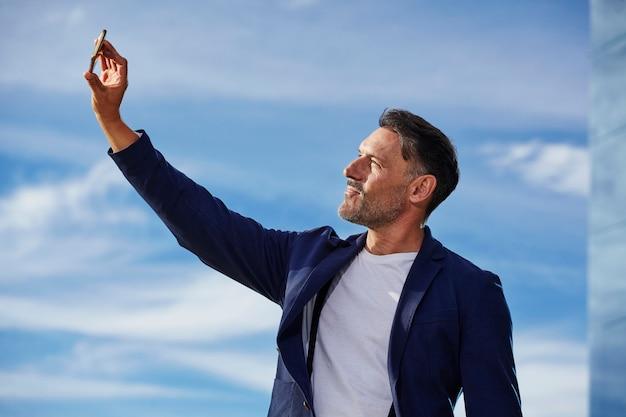 Mężczyzna w średnim wieku rozmawia przez telefon