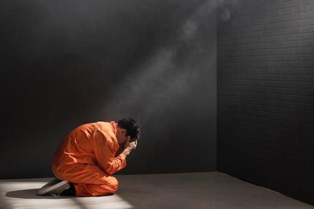 Mężczyzna w średnim wieku spędzający czas w więzieniu