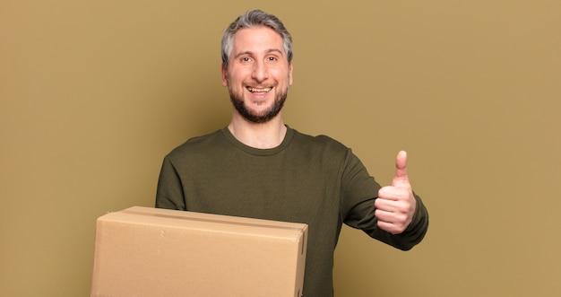 Mężczyzna w średnim wieku trzymający paczkę
