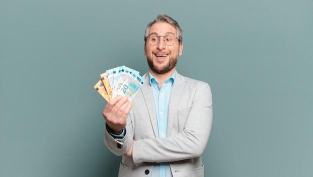 Mężczyzna w średnim wieku z banknotami