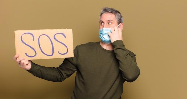 Mężczyzna w średnim wieku z maską ochronną potrzebuje pomocy