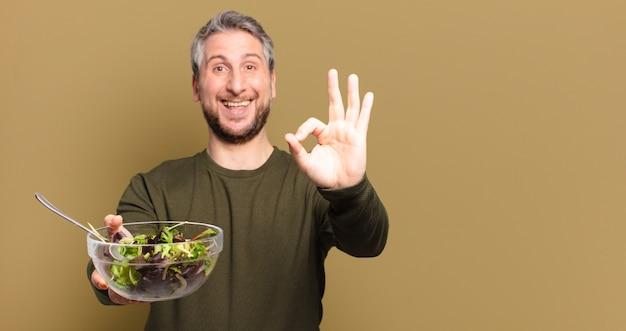 Mężczyzna w średnim wieku z sałatką