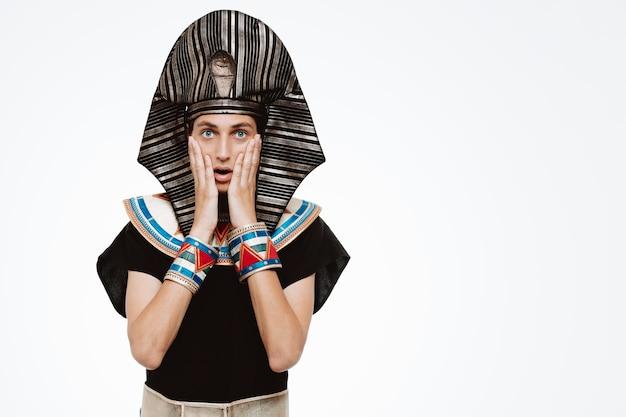 Mężczyzna w starożytnym egipskim stroju jest zszokowany na biało