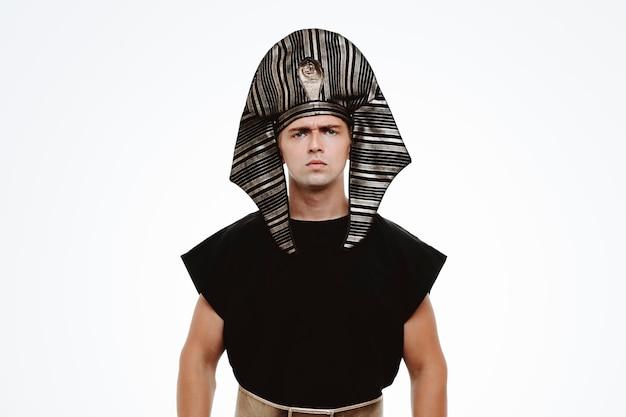 Mężczyzna w starożytnym egipskim stroju z poważną zmarszczoną twarzą na białym tle