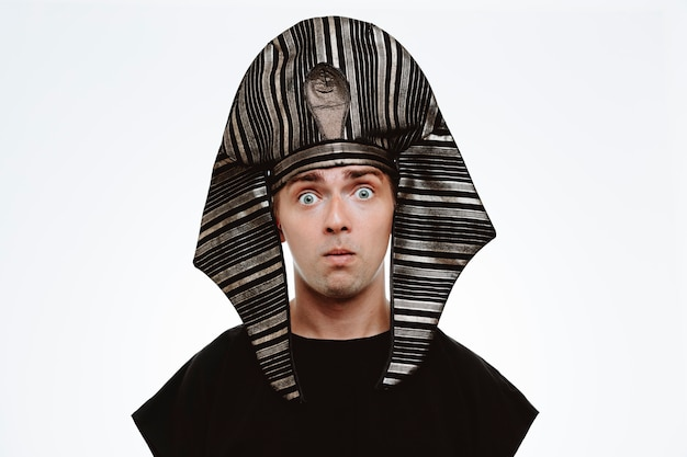 Mężczyzna w starożytnym egipskim stroju zdezorientowany i zaskoczony na biało