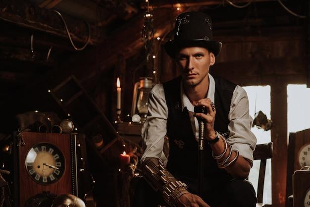 Mężczyzna w steampunkowym garniturze z cylindrem i laską. koncepcja cosplay
