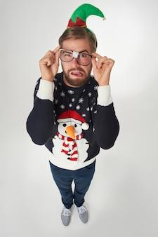 Mężczyzna w strojach świątecznych i połamanych okularach