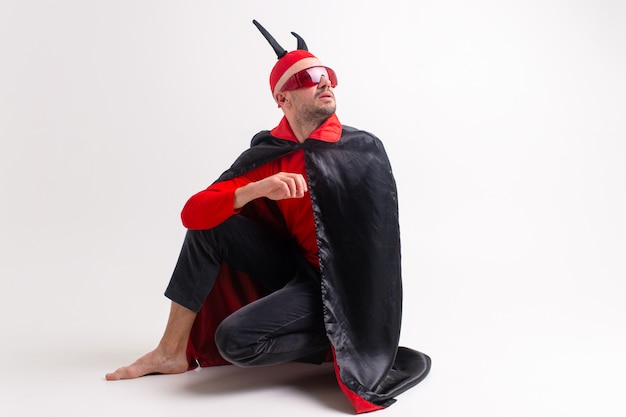 Mężczyzna w stroju diabła pozowanie.