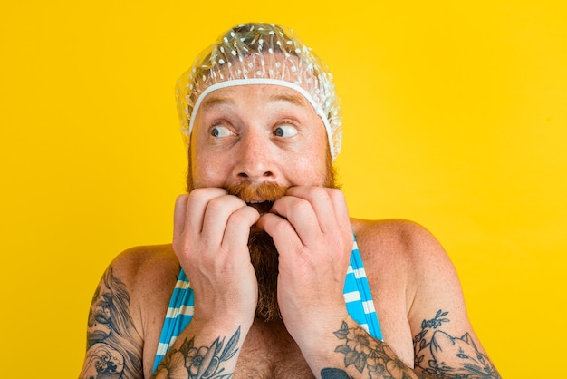 Mężczyzna w stroju kąpielowym i czepku do włosów dla kobiet jest gotowy na lato