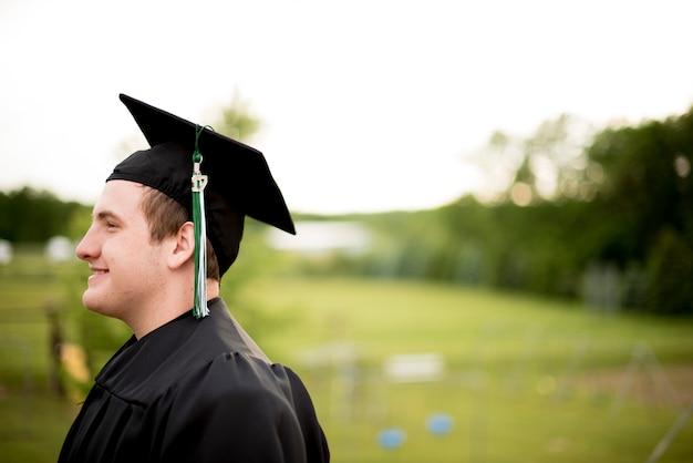 Mężczyzna w stroju ukończenia szkoły
