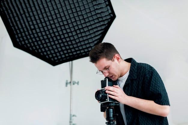 Mężczyzna w studio pracujący nad swoją pasją