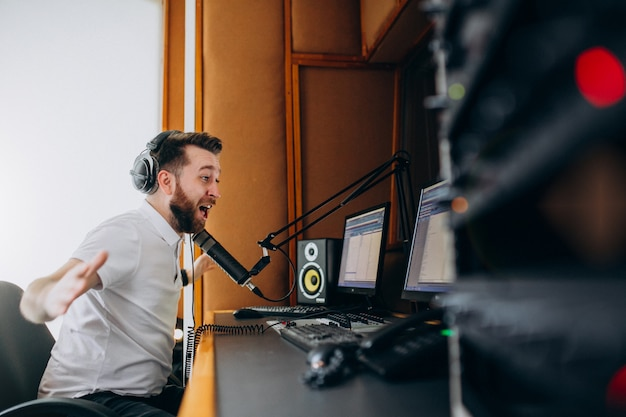 Mężczyzna w studiu nagraniowym, produkcja muzyczna