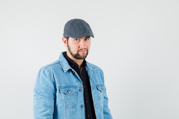 Mężczyzna w stylu retro w kurtkę, czapkę, widok z przodu.