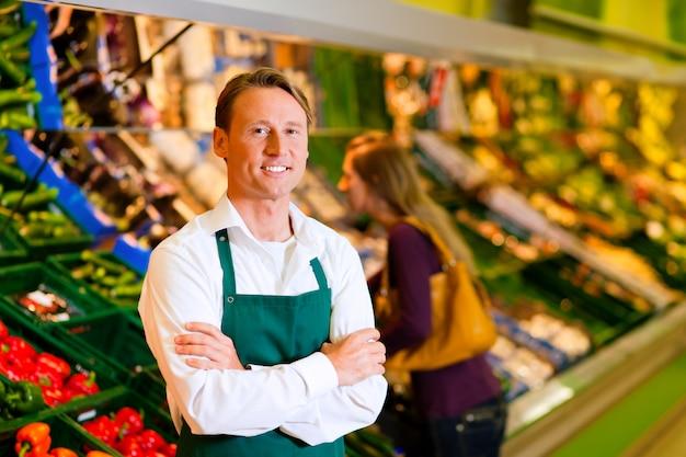 Mężczyzna w supermarkecie jako sprzedawczyni