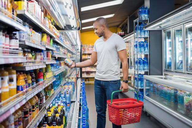 Mężczyzna w supermarkecie