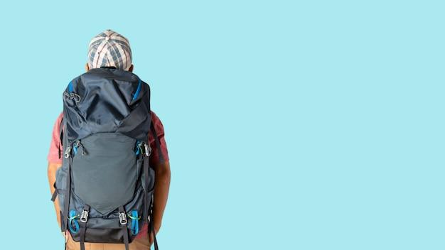 Mężczyzna w swobodnej koszulce i czapce z plecakiem gotowy do podróży