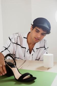 Mężczyzna w swoim profesjonalnym studiu fotograficznym