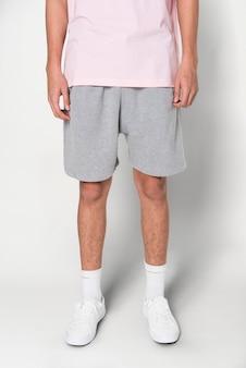 Mężczyzna w szarych spodenkach na letnią sesję odzieżową