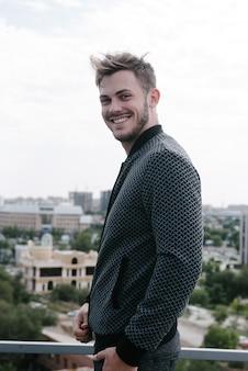Mężczyzna w szarym swetrze ze stawiającym zamkiem.