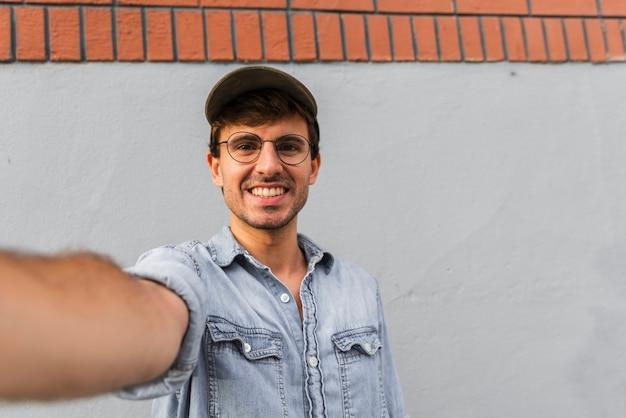 Mężczyzna w szkłach bierze selfie