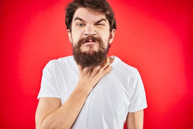 Mężczyzna w t-shirt, gestykulacji rękami niezadowolenia czerwony mundur studyjny.