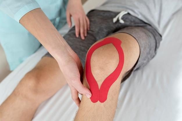Mężczyzna w trakcie terapii u fizjologa