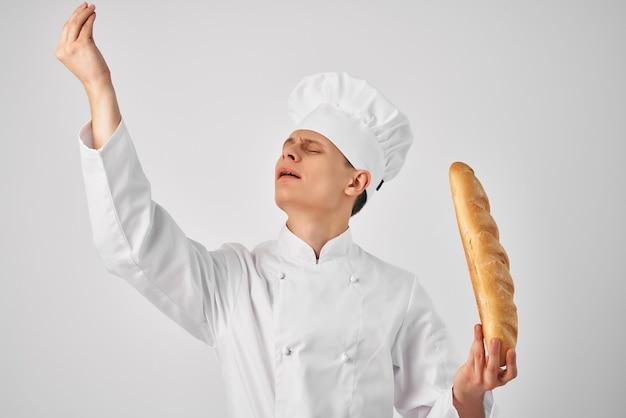 Mężczyzna w ubraniach kucharzy z bagietką w rękach piekarz świeżej żywności