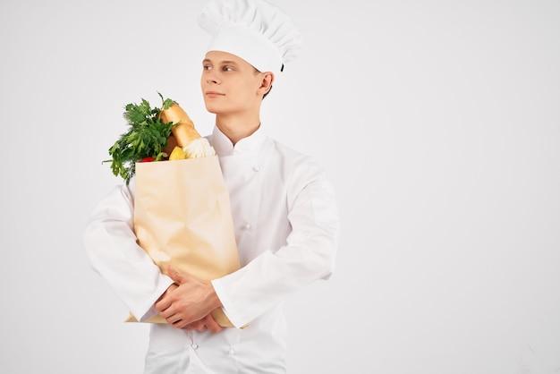 Mężczyzna w ubraniach szefów kuchni pakiet żywności zdrowe jedzenie kuchnia usługi