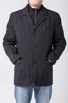 Mężczyzna w wełnianym płaszczu na białym tle
