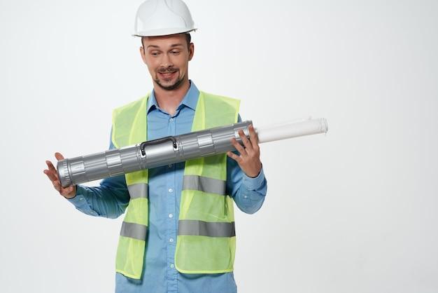 Mężczyzna w zawodzie inżyniera budownictwa mundurowego