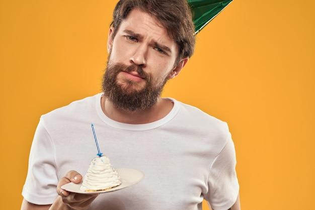 Mężczyzna w żółtej czapce z okazji urodzin
