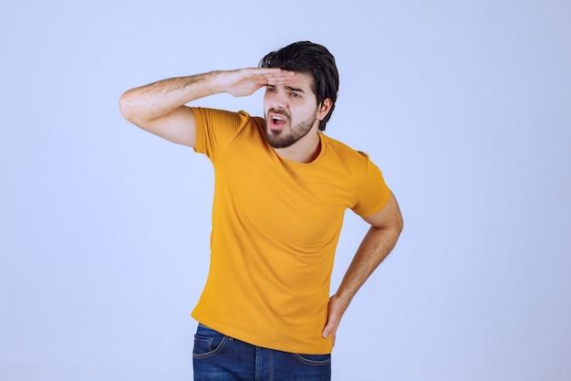 Mężczyzna w żółtej koszuli patrzący w przyszłość