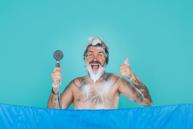 Mężczyzna weź prysznic mężczyzna pielęgnacja włosów mycie ciała brodaty mężczyzna weź prysznic pielęgnacja włosów spa