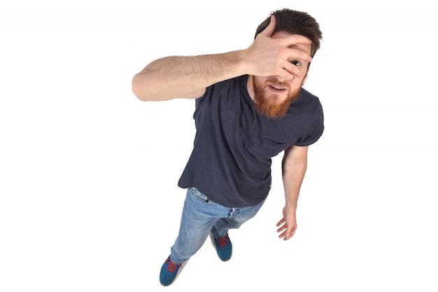 Mężczyzna wgląd ręką na twarzy