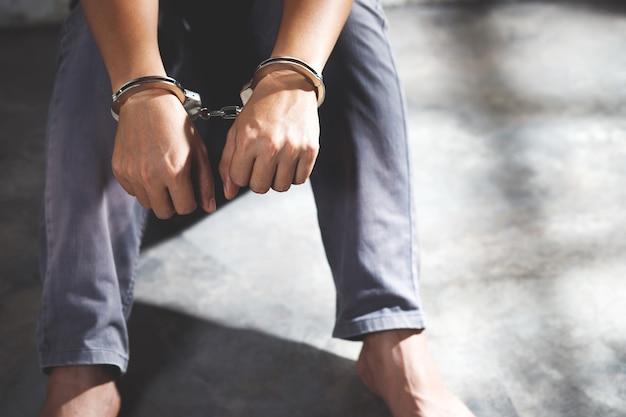 Mężczyzna więzień w kajdankach