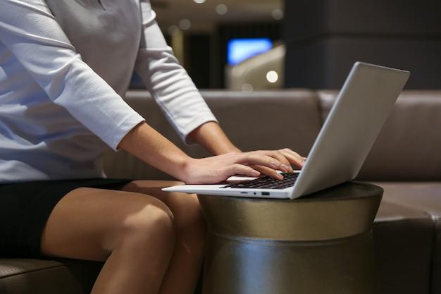 Mężczyzna wpisując na laptopie w hotelu z bliska