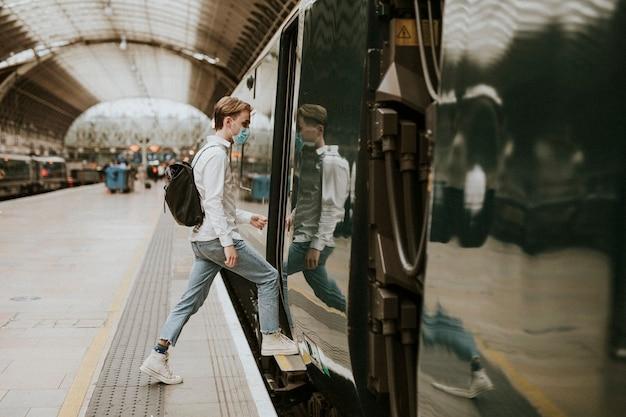 Mężczyzna wsiadający do pociągu z peronu