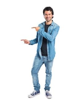 Mężczyzna wskazując na bok na białym tle