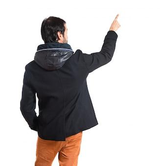 Mężczyzna wskazując z powrotem