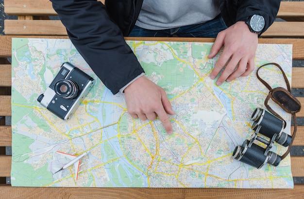 Mężczyzna wskazujący na mapę i nawigacji