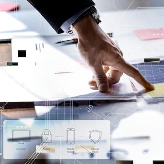 Mężczyzna wskazujący na tle cyfrowego planu bezpieczeństwa