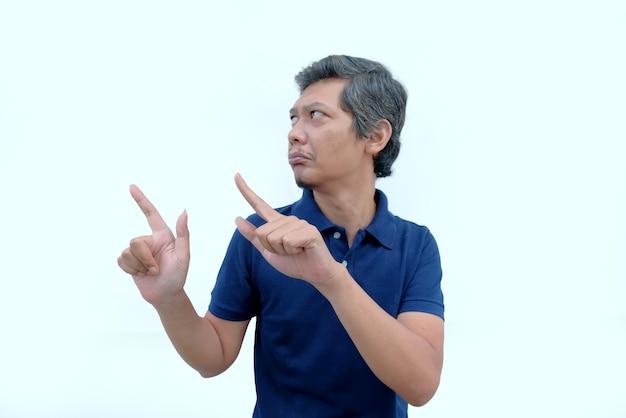 Mężczyzna wskazujący palcem w górę z niewzruszoną twarzą